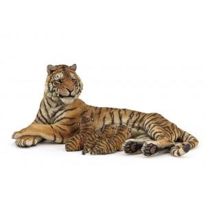 Лежащая кормящая тигрица Papo 50156